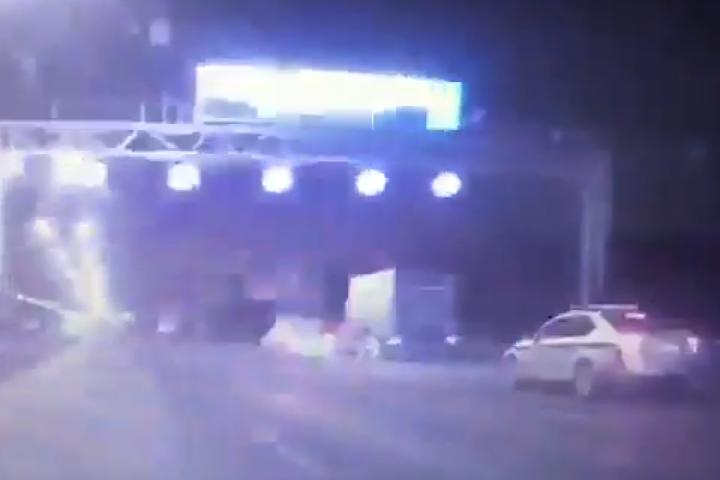Гибель мотоциклиста, уходившего от погони на МКАД, попала в объектив автомобильного регистратора