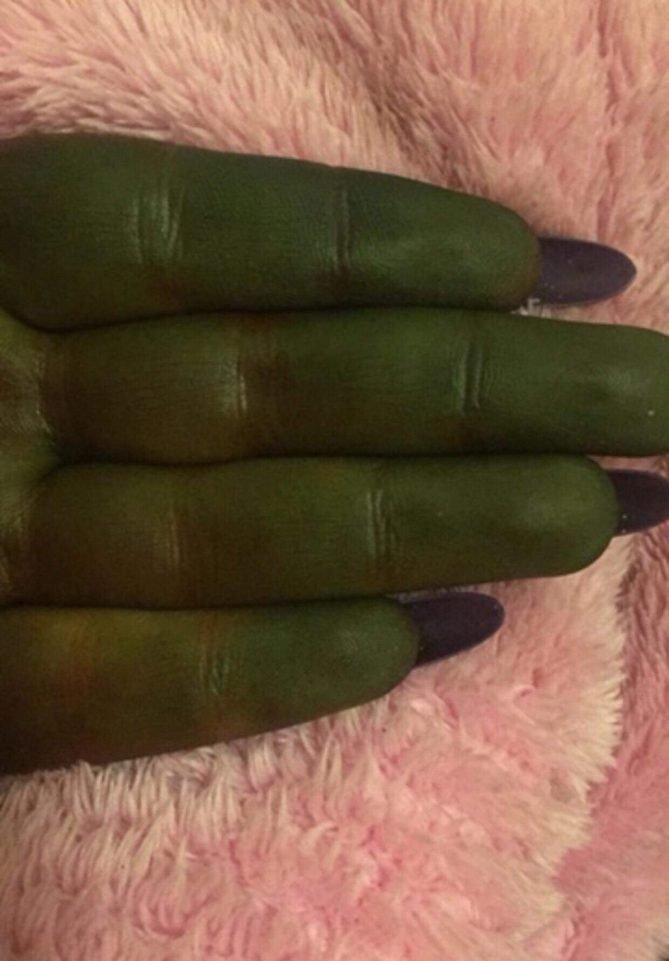 Позеленела, как Шрек: британка попала в курьезную ситуацию после использования автозагара автозагар, в мире, история, кожа, люди, цвет, шрек, юмор