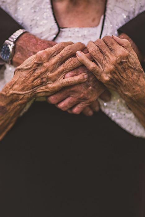 Главное в любви - всегда держаться за руки.