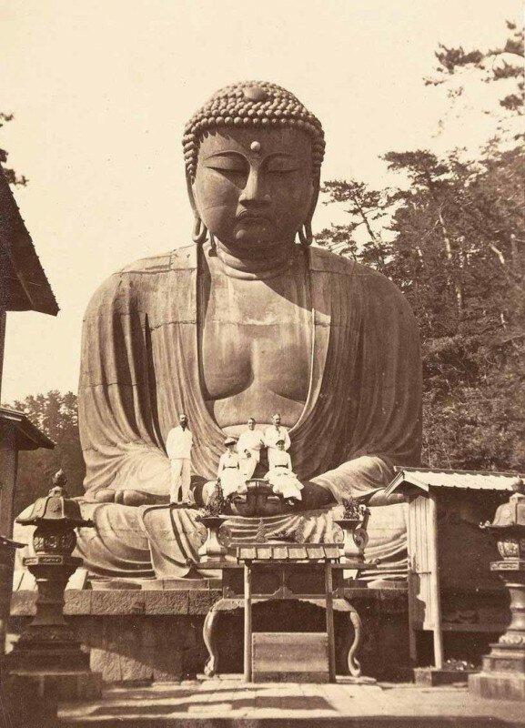 Группа туристов позирует на статуе Будды. Камакура. Япония. 1882 год. история, ретро, фото