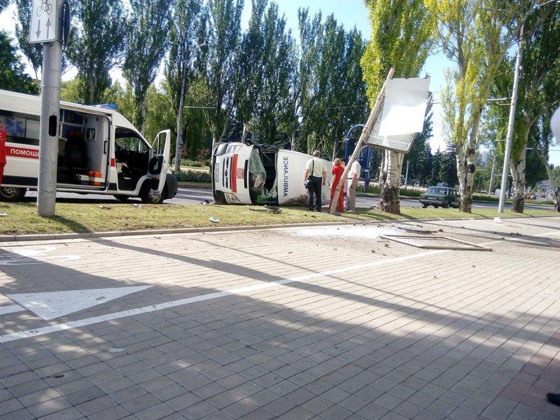Авария дня. В Донецке перевернулась карета скорой помощи