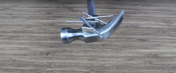 Если добавить магнит, то можно оценить легкость работы с гвоздями. /Фото: youtube.com