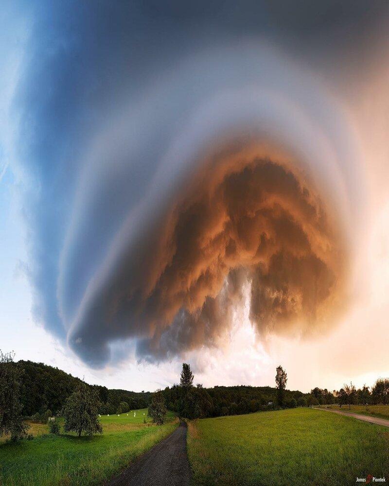Шельфовое облако обвивается вокруг основания шторма. Разве это не удивительно? катаклизмы, природа, растительность