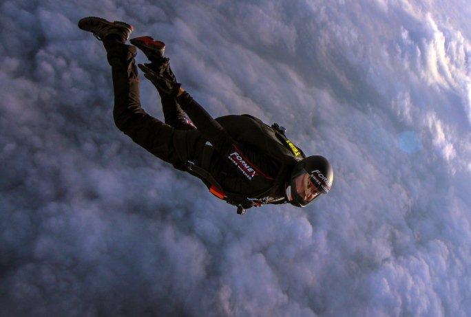 Швейцарский парашютист совер…