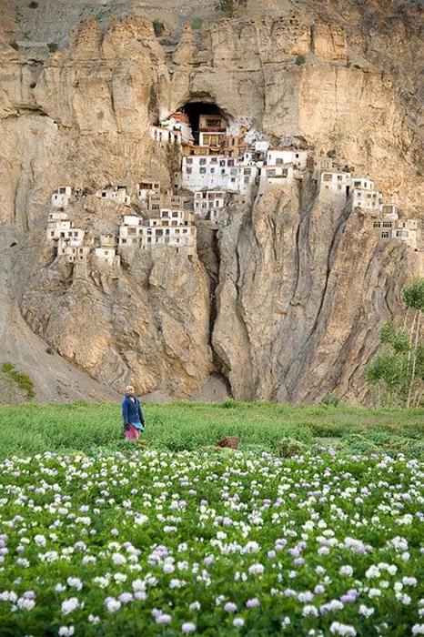 Монастырь, скрытый в горах.
