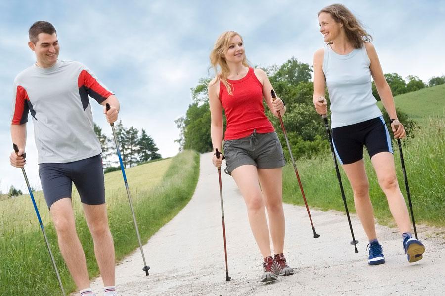 Что дают занятия скандинавской ходьбой