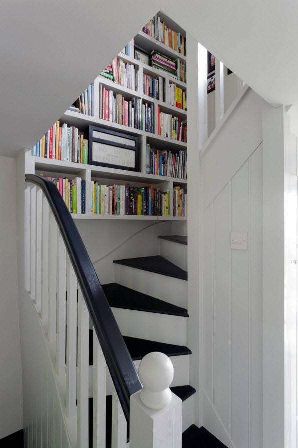 Полки вдоль лестницы