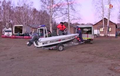 Спасатели продолжают поиски людей после ЧП на озере под Челябинском
