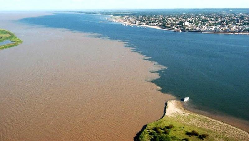 Река Рио-Негро впадает в Амазонку возле бразильского города Манаус. контраст, природа, реки, слияние
