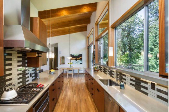 Легкий перенос кухни в коридор с минимальными ограничениями возможен только на нижних этажах дома