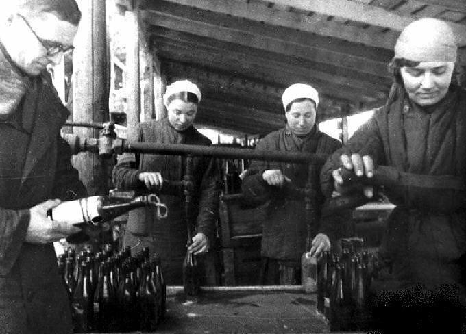 14. Изготовление бутылок с зажигательной смесью для борьбы с танками противника на заводе Москвы, 1941 интересно, исторические фото, история, ностальгия, фото