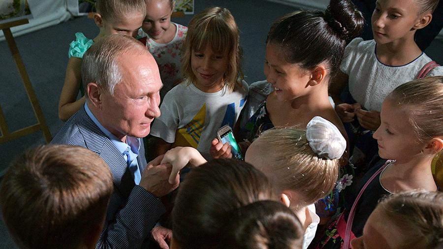 Владимир Путин считает важным не только отговаривать женщин делать аборты, но и помогать им поставить ребенка на ноги аборты,дети,Путин
