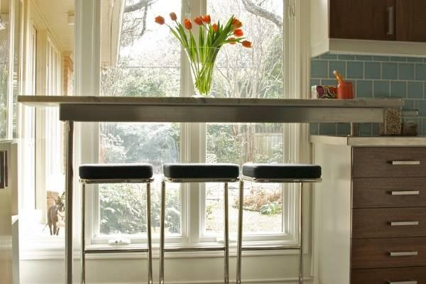 Подоконник столешница на кухне в виде барной стойки