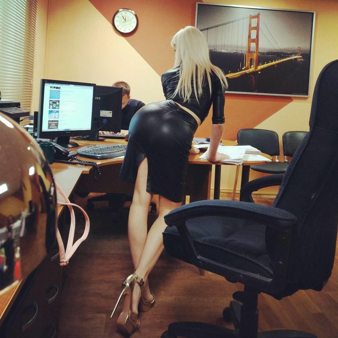 Красивая попка сотрудницы на столе