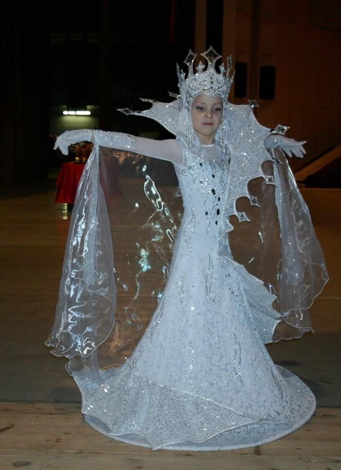 Сшила дочке костюм Снежной к…