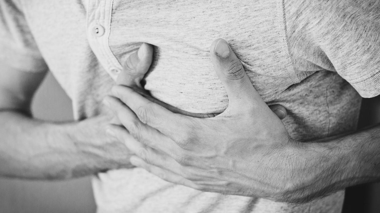 Россиянам назвали шесть неочевидных признаков сердечного приступа Общество