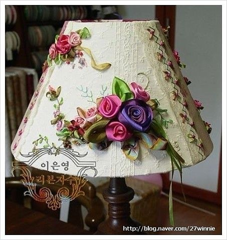 Вы должны это видеть! Светильники вышитые лентами-прекрасное украшение для Вашего интерьера. Идея вышивать на абажуре лентами меня завораживает. Это очень красиво!