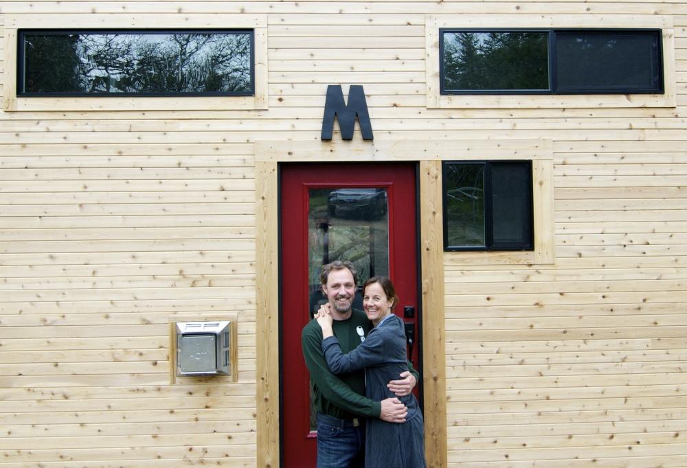 Упорная пара построила дом своей мечты. Он крошечный, но зато суперуютный! Построить бы такое на даче!