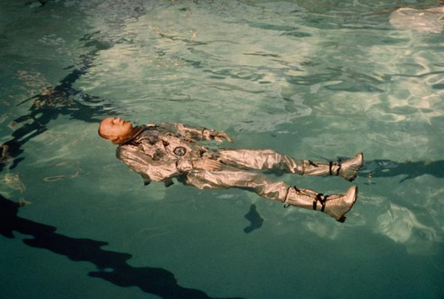 Астронавт Нил Армстронг в скафандре плавает в бассейн с водой в 1967 году. national geographic, неопубликованное, фото