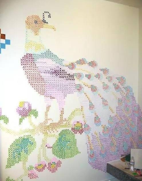 Павлин на стене