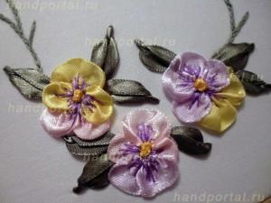 «Анютины глазки из присобранной ленты и колониальный узелок» — цветы как украшение одежды.