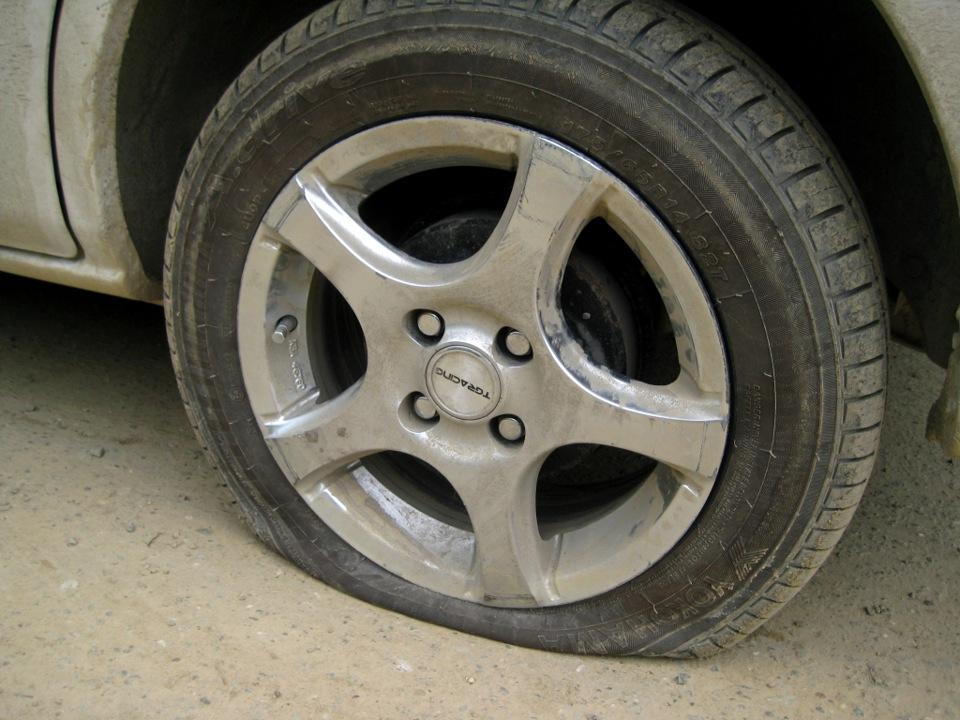 картинка колесо проколола через камеру