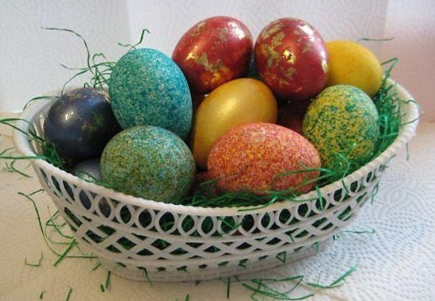 Красивая и необычная покраска яиц с помощью риса. Пару минут и готово!