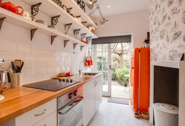 Оформить кухню в коридоре можно с помощью декоративной плитки