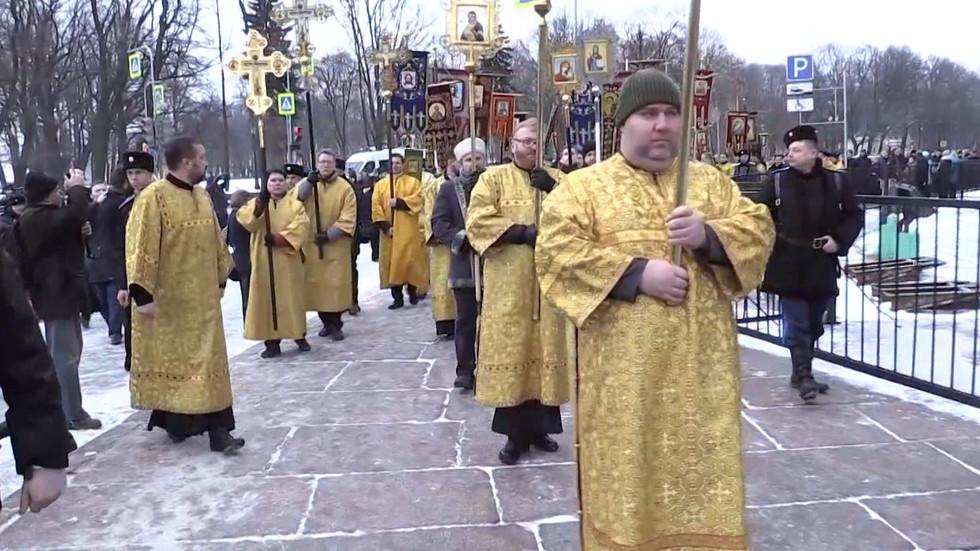Милонов и сотоварищи под охраной казаков вышли на крестный ход вокруг Исаакиевского собора