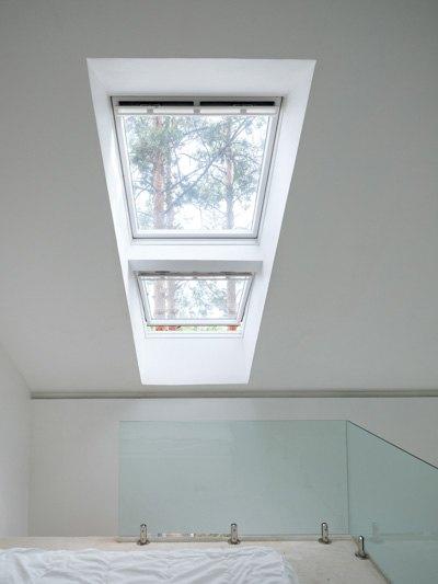 Дом с окном вместо стены в сосновом бору