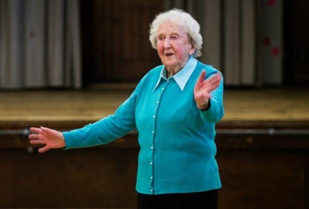 97-летняя балерина продолжае…