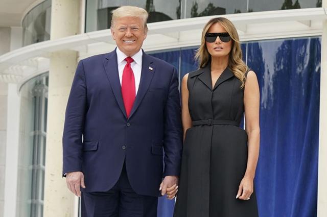 """В сети обсуждают видео """"натянутой"""" улыбки Мелании Трамп"""