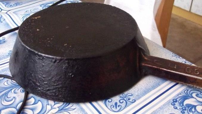 Чистим сковородки Предлагаю вашему вниманию хороший способ очистить противни или сковородки от нагара.Соединяем: