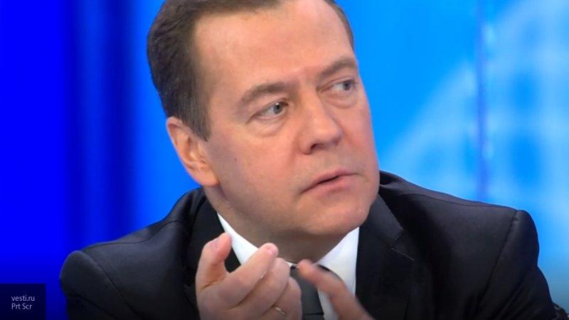 Яхина, Пелевин и Янь: Медведев перечислил авторов, чьи книги читает в свободное время