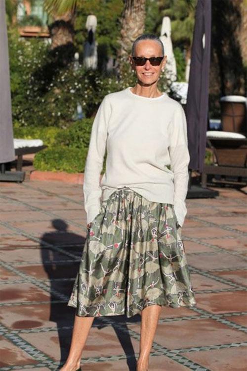 Пышная юбка с принтом и свитшот на красавицы в возрасте 50+