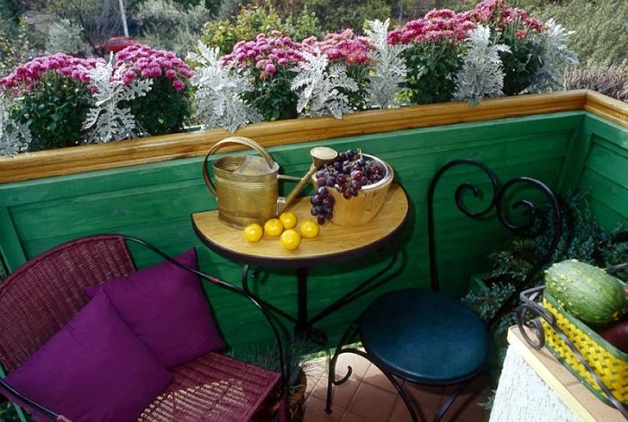 Открытый балкон с консольным столиком.