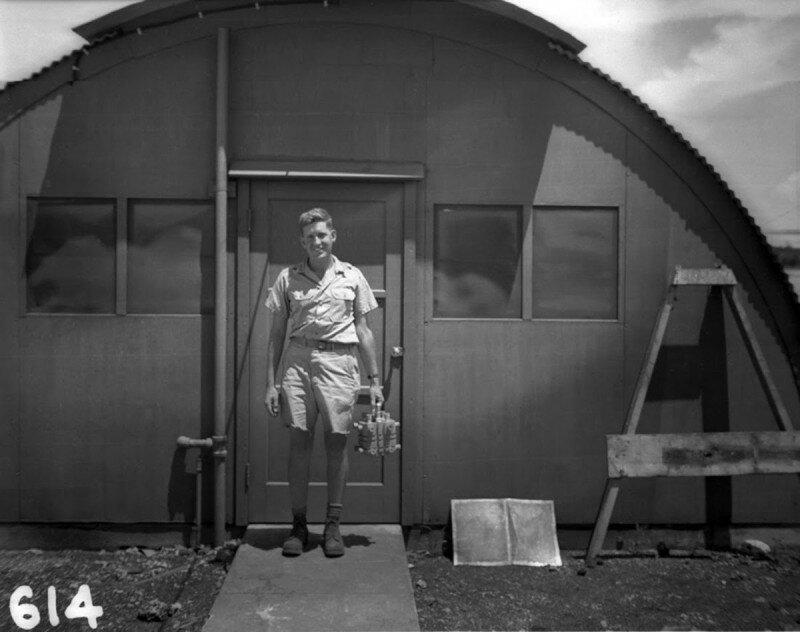 """Физик Гарольд Агню несет плутоний для атомной бомбы """"Толстяк"""", которую сбросят на Нагасаки и которая унесет жизни примерно 74 000 человек, 1945 год. история, ретро, фото"""
