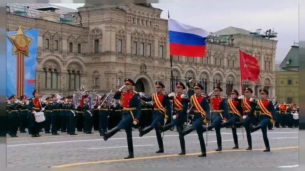 Флаг РФ и Знамя Победы, водруженное над рейхстагом.