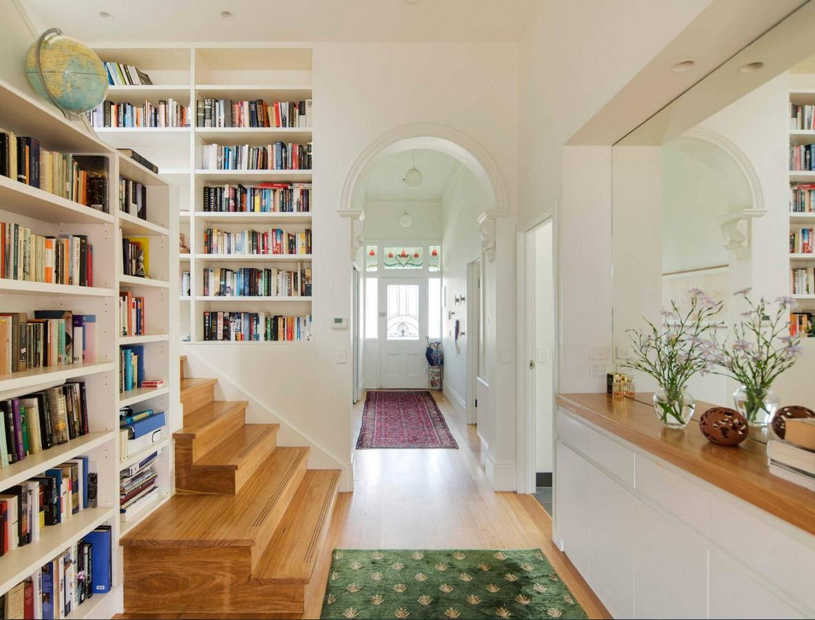Белые книжные шкафы на лестнице