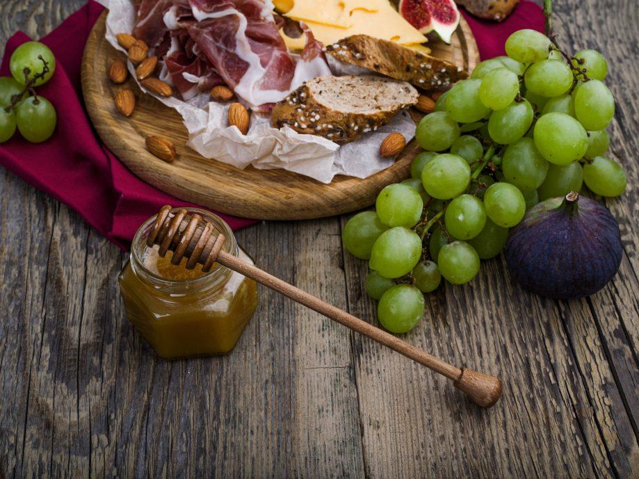 В мясе, фруктах, овощах и орехах витаминов гораздо больше, чем в мёде