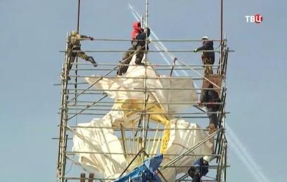 На ВДНХ отреставрировали золотую звезду Центрального павильона