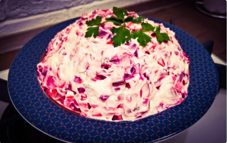 Попробовал в гостях вкусный свекольный эстонский салат «Розолье». Теперь готовлю его в замен винегрету