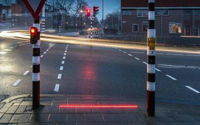 В Нидерландах создан светофор для пешеходов, «уткнувшихся» в смартфон гаджеты,дисплеи,дороги,инновации,технологии,экраны