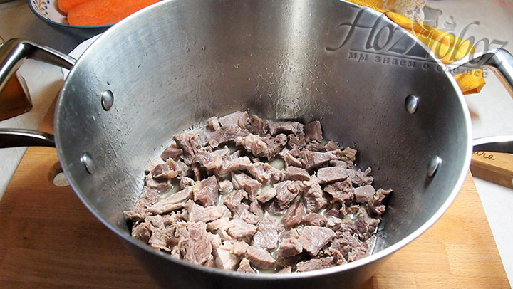 Нарезанное мясо выложим в кастрюлю с толстыми стенками, обжарим до готовности