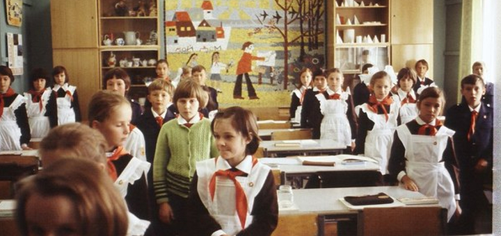Учительница позвала класс помочь ей с уборкой… Реакция родителей сейчас и 40 лет назад