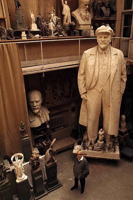 В мастерской скульптора Матвея Манизера.