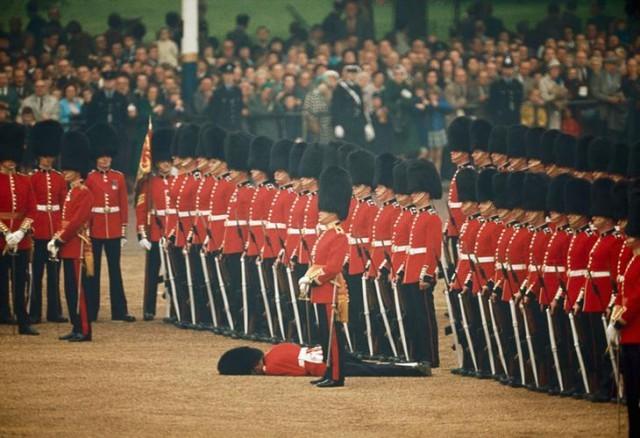 Ирландские гвардейцы не обращают внимания на упавшего в обморок гвардейца в Лондоне, Англия, июнь 1966 national geographic, неопубликованное, фото