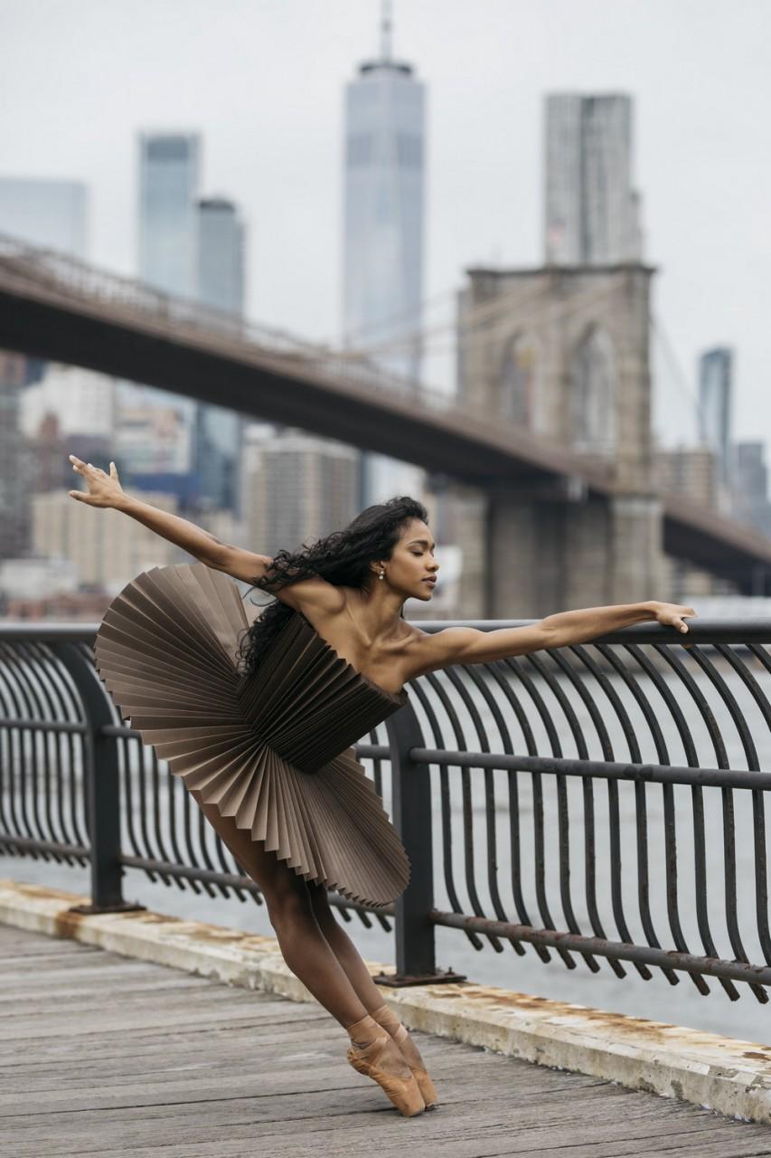 Фотопроект «PLI.Ē»: танцоры в бумажных костюмах на улицах Нью-Йорка, Монреаля, Парижа и Рима