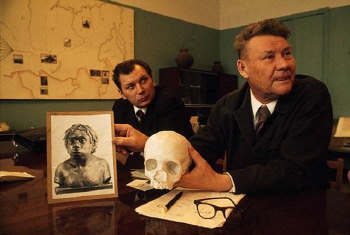 Академик А. П. Окладников с черепом и реконструкцией неандертальца, жившего в Узбекистане 40000 лет назад.