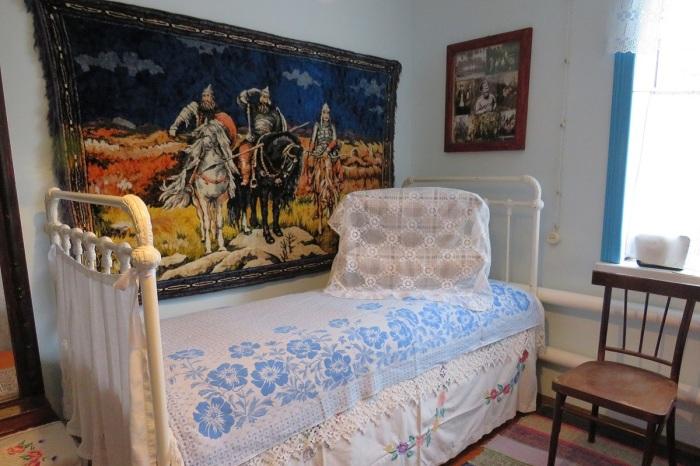 В деревнях до сих пор подушки складывают одна на другую / Фото: twitter.com